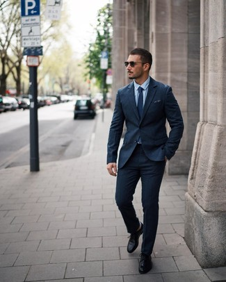 Wie kombinieren: dunkelblauer Wollanzug, hellblaues Businesshemd, schwarze Leder Derby Schuhe, dunkelblaue gepunktete Krawatte