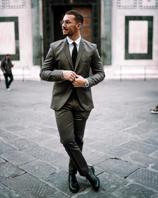 Wie kombinieren: dunkelgrauer Anzug, weißes Businesshemd, schwarze Leder Derby Schuhe, schwarze Krawatte