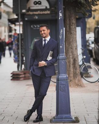 Wie kombinieren: dunkelblauer vertikal gestreifter Anzug, weißes Businesshemd, schwarze Leder Derby Schuhe, dunkelblaue Krawatte