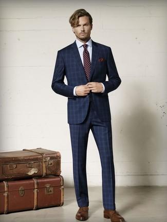 Herren Outfits & Modetrends: Erwägen Sie das Tragen von einem dunkelblauen Anzug mit Schottenmuster und einem weißen Businesshemd mit Karomuster für einen stilvollen, eleganten Look. Braune Leder Derby Schuhe sind eine ideale Wahl, um dieses Outfit zu vervollständigen.