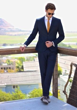 Wie kombinieren: dunkelblauer Anzug, weißes Businesshemd, graue Leder Derby Schuhe, senf Krawatte