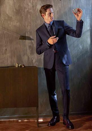 Herren Outfits & Modetrends: Erwägen Sie das Tragen von einem dunkelblauen Anzug und einem dunkelblauen Businesshemd mit Vichy-Muster für einen stilvollen, eleganten Look. Vervollständigen Sie Ihr Look mit dunkelroten Leder Derby Schuhen.