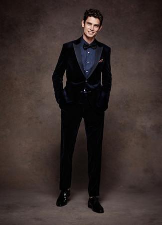 Schwarze Fliege kombinieren: Vereinigen Sie einen dunkelblauen Samtanzug mit einer schwarzen Fliege für ein großartiges Wochenend-Outfit. Schwarze Leder Derby Schuhe bringen klassische Ästhetik zum Ensemble.