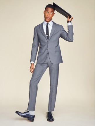 Dunkelblaue vertikal gestreifte Krawatte kombinieren: trends 2020: Kombinieren Sie einen grauen Anzug mit einer dunkelblauen vertikal gestreiften Krawatte für eine klassischen und verfeinerte Silhouette. Fühlen Sie sich mutig? Wählen Sie dunkelblauen Leder Derby Schuhe.