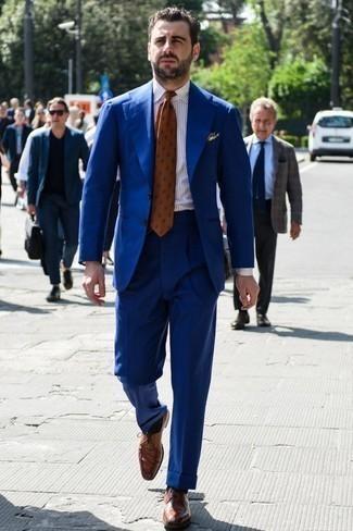 Braune Leder Derby Schuhe kombinieren: trends 2020: Kombinieren Sie einen blauen Anzug mit einem weißen vertikal gestreiften Businesshemd, um vor Klasse und Perfektion zu strotzen. Ergänzen Sie Ihr Look mit braunen Leder Derby Schuhen.