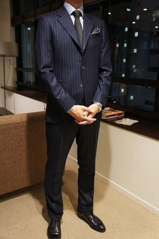 Businesshemd kombinieren: trends 2020: Vereinigen Sie ein Businesshemd mit einem dunkelblauen vertikal gestreiften Anzug für einen stilvollen, eleganten Look. Schwarze Leder Derby Schuhe fügen sich nahtlos in einer Vielzahl von Outfits ein.