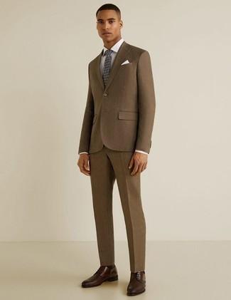 Dunkelbraune Leder Derby Schuhe kombinieren: trends 2020: Kombinieren Sie einen braunen Anzug mit einem weißen Businesshemd für eine klassischen und verfeinerte Silhouette. Bringen Sie die Dinge durcheinander, indem Sie dunkelbraunen Leder Derby Schuhe mit diesem Outfit tragen.