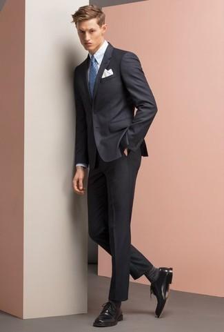 Dunkelgraue Socken kombinieren: trends 2020: Kombinieren Sie einen dunkelblauen Anzug mit dunkelgrauen Socken für einen bequemen Alltags-Look. Wählen Sie schwarzen Leder Derby Schuhe, um Ihr Modebewusstsein zu zeigen.