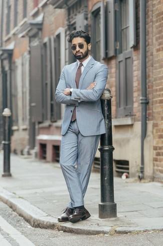 Hellblauen vertikal gestreiften Anzug kombinieren – 11 Herren Outfits: Entscheiden Sie sich für einen hellblauen vertikal gestreiften Anzug und ein weißes Businesshemd für einen stilvollen, eleganten Look. Wenn Sie nicht durch und durch formal auftreten möchten, komplettieren Sie Ihr Outfit mit dunkelroten Leder Derby Schuhen.