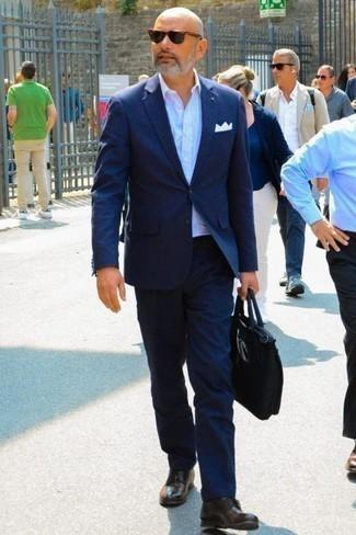 Dunkelbraune Leder Derby Schuhe kombinieren: trends 2020: Entscheiden Sie sich für einen dunkelblauen Anzug und ein weißes Businesshemd für eine klassischen und verfeinerte Silhouette. Fühlen Sie sich ideenreich? Komplettieren Sie Ihr Outfit mit dunkelbraunen Leder Derby Schuhen.