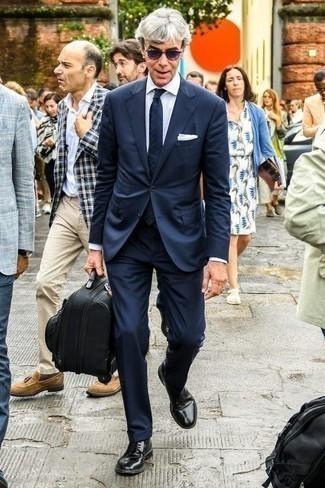 Violette Sonnenbrille kombinieren: trends 2020: Vereinigen Sie einen dunkelblauen Anzug mit einer violetten Sonnenbrille, um einen lockeren, aber dennoch stylischen Look zu erhalten. Vervollständigen Sie Ihr Outfit mit schwarzen Leder Derby Schuhen, um Ihr Modebewusstsein zu zeigen.
