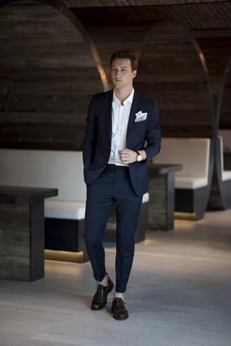Hellblaues Einstecktuch kombinieren: trends 2020: Kombinieren Sie einen dunkelblauen Anzug mit einem hellblauen Einstecktuch für ein Alltagsoutfit, das Charakter und Persönlichkeit ausstrahlt. Fühlen Sie sich ideenreich? Ergänzen Sie Ihr Outfit mit dunkelbraunen Leder Derby Schuhen.