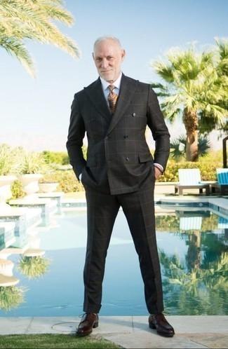 Hellbeige Krawatte mit Paisley-Muster kombinieren: trends 2020: Entscheiden Sie sich für einen schwarzen Anzug mit Karomuster und eine hellbeige Krawatte mit Paisley-Muster, um vor Klasse und Perfektion zu strotzen. Dunkelrote Leder Derby Schuhe liefern einen wunderschönen Kontrast zu dem Rest des Looks.