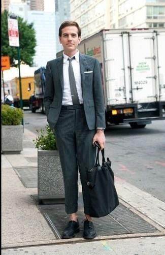 Dunkelgrüne Krawatte kombinieren: trends 2020: Kombinieren Sie einen dunkelgrünen Anzug mit einer dunkelgrünen Krawatte, um vor Klasse und Perfektion zu strotzen. Suchen Sie nach leichtem Schuhwerk? Ergänzen Sie Ihr Outfit mit schwarzen Leder Derby Schuhen für den Tag.