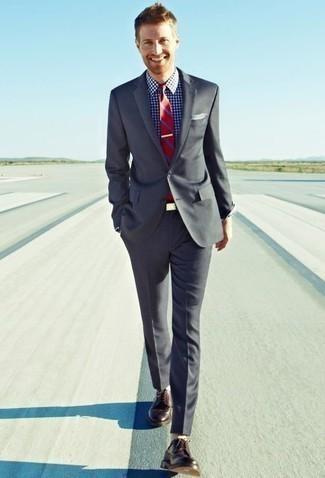 Dunkelrote Leder Derby Schuhe kombinieren: trends 2020: Erwägen Sie das Tragen von einem grauen Anzug und einem weißen und dunkelblauen Businesshemd mit Vichy-Muster, um vor Klasse und Perfektion zu strotzen. Dunkelrote Leder Derby Schuhe sind eine gute Wahl, um dieses Outfit zu vervollständigen.