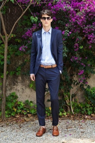 dunkelblauer Anzug, hellblaues Businesshemd, braune Leder Derby Schuhe, beige Ledergürtel für Herren