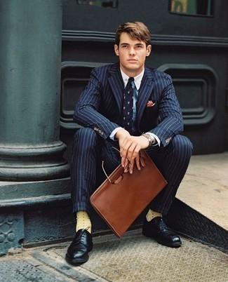 Elegante Outfits Herren 2020: Geben Sie den bestmöglichen Look ab in einem dunkelblauen vertikal gestreiften Anzug und einem hellblauen Businesshemd. Schwarze Leder Derby Schuhe sind eine ideale Wahl, um dieses Outfit zu vervollständigen.