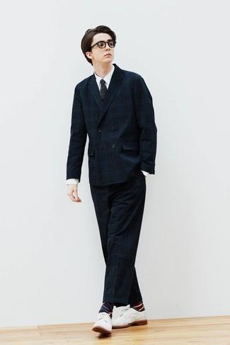 Weißes Businesshemd kombinieren – 500+ Herren Outfits: Kombinieren Sie ein weißes Businesshemd mit einem dunkelblauen Anzug mit Schottenmuster, um vor Klasse und Perfektion zu strotzen. Weiße Segeltuch Derby Schuhe fügen sich nahtlos in einer Vielzahl von Outfits ein.