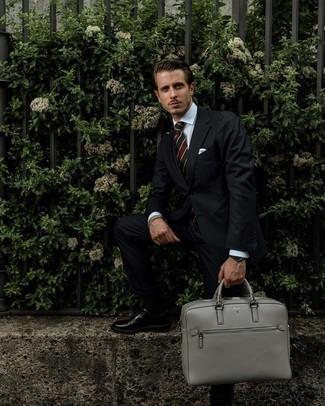 Schwarzen vertikal gestreiften Anzug kombinieren – 55 Herren Outfits: Kombinieren Sie einen schwarzen vertikal gestreiften Anzug mit einem weißen Businesshemd für eine klassischen und verfeinerte Silhouette. Ergänzen Sie Ihr Look mit schwarzen Leder Derby Schuhen.