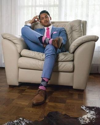 Rosa Einstecktuch kombinieren – 135 Herren Outfits: Kombinieren Sie einen blauen Anzug mit einem rosa Einstecktuch, um mühelos alles zu meistern, was auch immer der Tag bringen mag. Fühlen Sie sich ideenreich? Vervollständigen Sie Ihr Outfit mit braunen Leder Derby Schuhen.