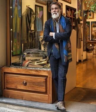 60 Jährige: Outfits Herren 2020: Entscheiden Sie sich für einen klassischen Stil in einem dunkelblauen Anzug mit Karomuster und einem hellblauen vertikal gestreiften Businesshemd. Komplettieren Sie Ihr Outfit mit braunen Wildleder Derby Schuhen.
