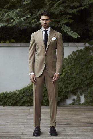 Weißes Businesshemd kombinieren – 500+ Herren Outfits: Erwägen Sie das Tragen von einem weißen Businesshemd und einem beige Anzug, um vor Klasse und Perfektion zu strotzen. Wenn Sie nicht durch und durch formal auftreten möchten, wählen Sie schwarzen Leder Derby Schuhe.