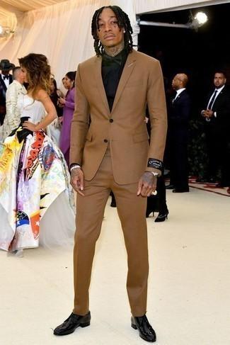 Fliege kombinieren – 339 Herren Outfits: Vereinigen Sie einen beige Anzug mit einer Fliege für ein großartiges Wochenend-Outfit. Fühlen Sie sich mutig? Wählen Sie schwarzen Leder Derby Schuhe.