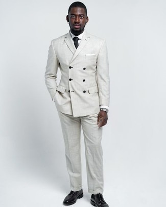 Grauen Anzug kombinieren – 500+ Herren Outfits: Entscheiden Sie sich für einen grauen Anzug und ein weißes Businesshemd für einen stilvollen, eleganten Look. Wenn Sie nicht durch und durch formal auftreten möchten, komplettieren Sie Ihr Outfit mit schwarzen Leder Derby Schuhen.