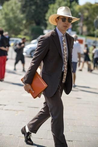 Rotbraune Leder Clutch Handtasche kombinieren – 257 Herren Outfits: Kombinieren Sie einen dunkelbraunen Anzug mit einer rotbraunen Leder Clutch Handtasche für ein großartiges Wochenend-Outfit. Setzen Sie bei den Schuhen auf die klassische Variante mit dunkelbraunen Wildleder Derby Schuhen.