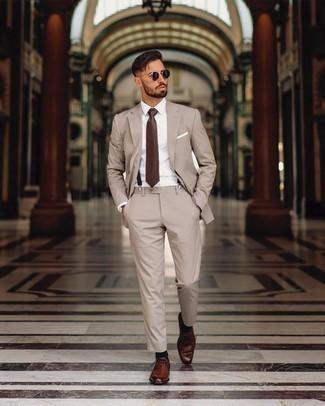 Hosenträger kombinieren – 355 Herren Outfits: Erwägen Sie das Tragen von einem hellbeige vertikal gestreiften Anzug und einem Hosenträger für ein großartiges Wochenend-Outfit. Schalten Sie Ihren Kleidungsbestienmodus an und machen dunkelbraunen Leder Derby Schuhe zu Ihrer Schuhwerkwahl.