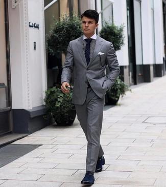 Socken kombinieren – 500+ Herren Outfits: Paaren Sie einen grauen Anzug mit Socken, um mühelos alles zu meistern, was auch immer der Tag bringen mag. Fühlen Sie sich mutig? Wählen Sie dunkelblauen Segeltuch Derby Schuhe.