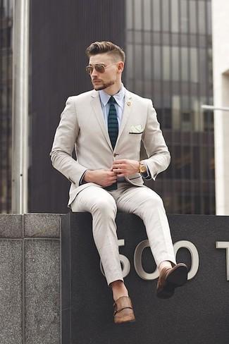 Dunkelgrüne horizontal gestreifte Krawatte kombinieren: trends 2020: Kombinieren Sie einen hellbeige Anzug mit einer dunkelgrünen horizontal gestreiften Krawatte für einen stilvollen, eleganten Look. Fühlen Sie sich ideenreich? Vervollständigen Sie Ihr Outfit mit braunen Doppelmonks aus Leder.