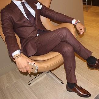 Wie kombinieren: dunkelroter Anzug, weißes Businesshemd, braune Doppelmonks aus Leder, dunkelrote Krawatte