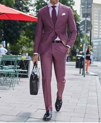 Wie kombinieren: dunkelroter Anzug, rosa Businesshemd, schwarze Doppelmonks aus Leder, schwarze Leder Aktentasche
