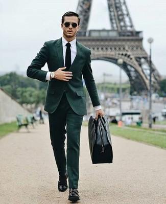 Wie kombinieren: dunkelgrüner Anzug, weißes Businesshemd, schwarze Doppelmonks aus Leder, schwarze Leder Reisetasche