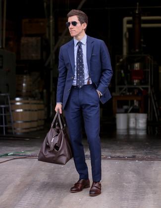 Wie kombinieren: dunkelblauer Anzug, hellblaues Businesshemd, dunkelbraune Doppelmonks aus Leder, dunkelbraune Leder Sporttasche