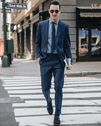 Wie kombinieren: dunkelblauer vertikal gestreifter Anzug, hellblaues Chambray Businesshemd, dunkelblaue Doppelmonks aus Wildleder, dunkelblaue Krawatte