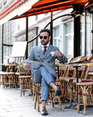 Wie kombinieren: grauer Anzug, weißes Businesshemd, braune Doppelmonks aus Leder, dunkellila gepunktete Krawatte