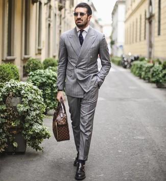 Wie kombinieren: grauer vertikal gestreifter Anzug, weißes Businesshemd, schwarze Doppelmonks aus Leder, braune Leder Aktentasche