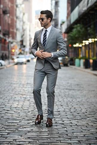 Wie kombinieren: grauer Anzug mit Schottenmuster, weißes Businesshemd, dunkelbraune Doppelmonks aus Leder, dunkelblaue und weiße horizontal gestreifte Krawatte