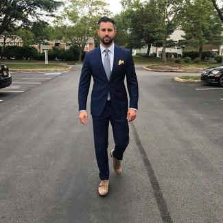 Wie kombinieren: dunkelblauer Anzug, hellblaues vertikal gestreiftes Businesshemd, braune Doppelmonks aus Wildleder, graue gepunktete Krawatte