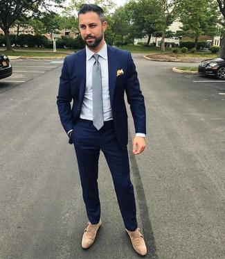 Wie kombinieren: dunkelblauer Anzug, weißes vertikal gestreiftes Businesshemd, hellbeige Doppelmonks aus Wildleder, graue gepunktete Krawatte