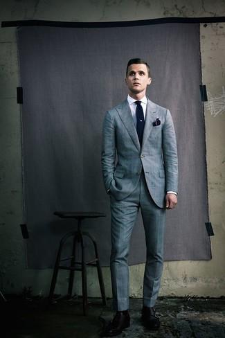 Dunkelblaues Einstecktuch kombinieren: trends 2020: Kombinieren Sie einen grauen Anzug mit Schottenmuster mit einem dunkelblauen Einstecktuch für ein großartiges Wochenend-Outfit. Fügen Sie schwarzen Doppelmonks aus Leder für ein unmittelbares Style-Upgrade zu Ihrem Look hinzu.