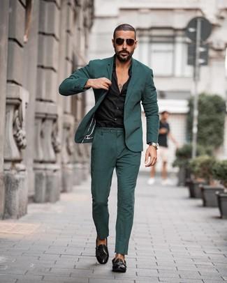 Wie kombinieren: dunkelgrüner Anzug, schwarzes Businesshemd, schwarze Doppelmonks aus Leder, dunkelbraune Sonnenbrille