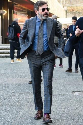 Braune Doppelmonks aus Leder kombinieren: trends 2020: Kombinieren Sie einen dunkelgrauen Anzug mit Schottenmuster mit einem blauen Jeans Businesshemd für eine klassischen und verfeinerte Silhouette. Ergänzen Sie Ihr Look mit braunen Doppelmonks aus Leder.