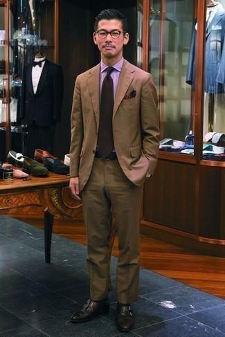 Dunkelbraune Krawatte kombinieren: trends 2020: Tragen Sie einen braunen Anzug und eine dunkelbraune Krawatte für eine klassischen und verfeinerte Silhouette. Suchen Sie nach leichtem Schuhwerk? Komplettieren Sie Ihr Outfit mit schwarzen Doppelmonks aus Leder für den Tag.