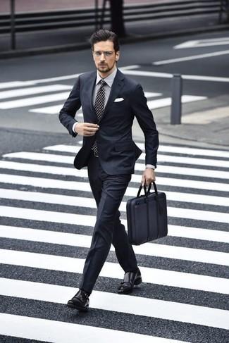 Dunkelblaue Segeltuch Aktentasche kombinieren: trends 2020: Kombinieren Sie einen dunkelblauen Anzug mit einer dunkelblauen Segeltuch Aktentasche, um mühelos alles zu meistern, was auch immer der Tag bringen mag. Schalten Sie Ihren Kleidungsbestienmodus an und machen schwarzen Doppelmonks aus Leder zu Ihrer Schuhwerkwahl.