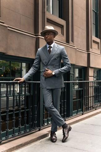 Dunkelbraune Krawatte kombinieren: trends 2020: Vereinigen Sie einen hellblauen Anzug mit einer dunkelbraunen Krawatte für eine klassischen und verfeinerte Silhouette. Fühlen Sie sich ideenreich? Entscheiden Sie sich für dunkelbraunen Doppelmonks aus Leder.
