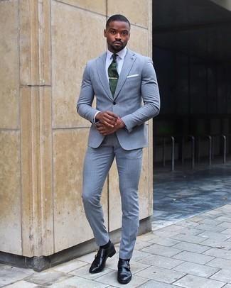 Dunkelgrüne Krawatte kombinieren: trends 2020: Paaren Sie einen hellblauen Anzug mit einer dunkelgrünen Krawatte, um vor Klasse und Perfektion zu strotzen. Fühlen Sie sich mutig? Ergänzen Sie Ihr Outfit mit schwarzen Doppelmonks aus Leder.