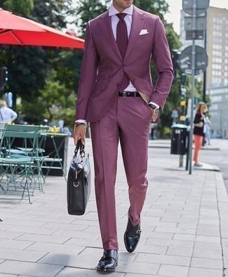 Lila Anzug kombinieren – 48 Herren Outfits: Vereinigen Sie einen lila Anzug mit einem weißen Businesshemd, um vor Klasse und Perfektion zu strotzen. Bringen Sie die Dinge durcheinander, indem Sie schwarzen Doppelmonks aus Leder mit diesem Outfit tragen.